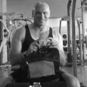 black-and-white-sitting-gym-moi